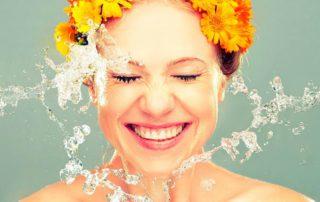Летом и не только: 12 разных и эффективных спреев для лица