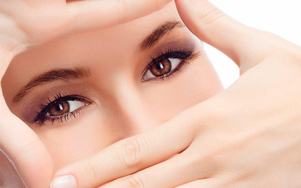 Можно ли отшелушивать кожу вокруг глаз? Отвечают косметологи